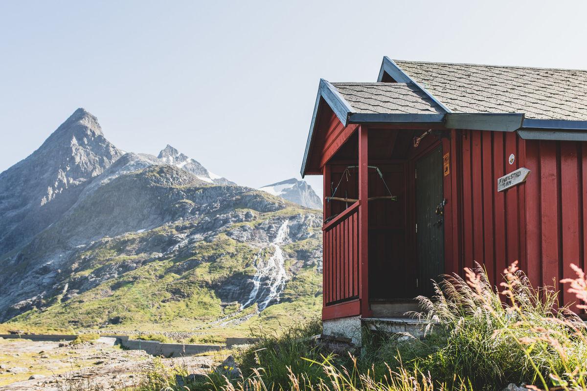 Fra hytta har du muligheter for turer til Høghornet, Hornindalsrokken, Kvitegga og andre spennende topper.