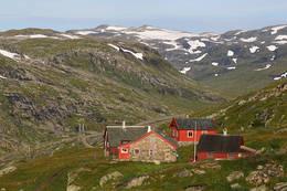 Her er det fullsommer i fjellet. Steinhuset nærmest, er hovedbygningen på Hallingskeid - Foto: Svein Ulvund