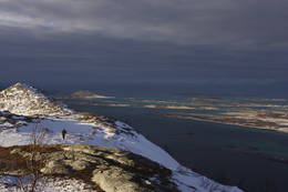 Utsikten mot Røssøya og Lauvøya med Lofotveggen i bakgrunnen. - Foto: Paul Fortun