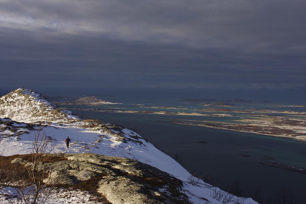 Utsikten mot Røssøya og Lauvøya med Lofotveggen i bakgrunnen.