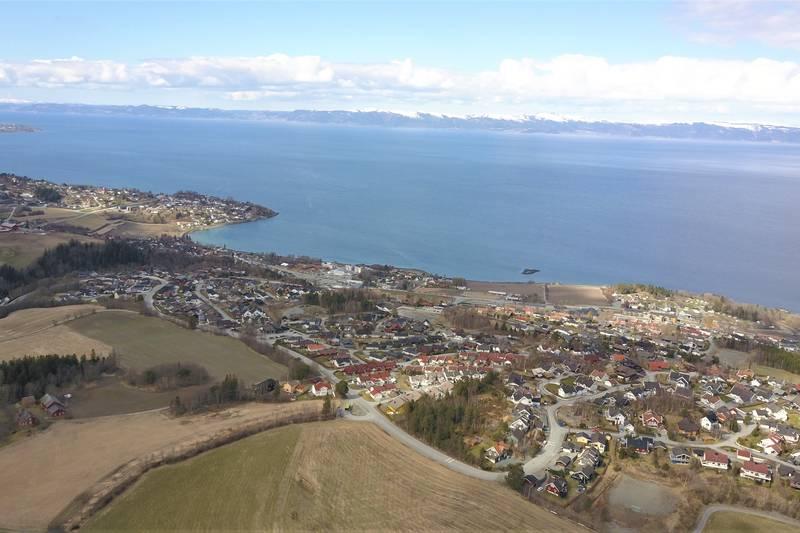 Dronefoto med utsikt mot Vikhammer, fjorden og Fosen