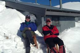 Alf Ole Strand og Helge Amdal nyter sola - Foto: Per Henriksen