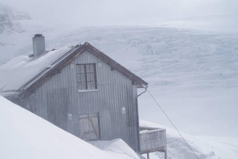 Utsikten fra Demmevasshytta er uten sammenligning en av de flotteste der den ligger helt inn mot brearmen Rembesdalsskåki