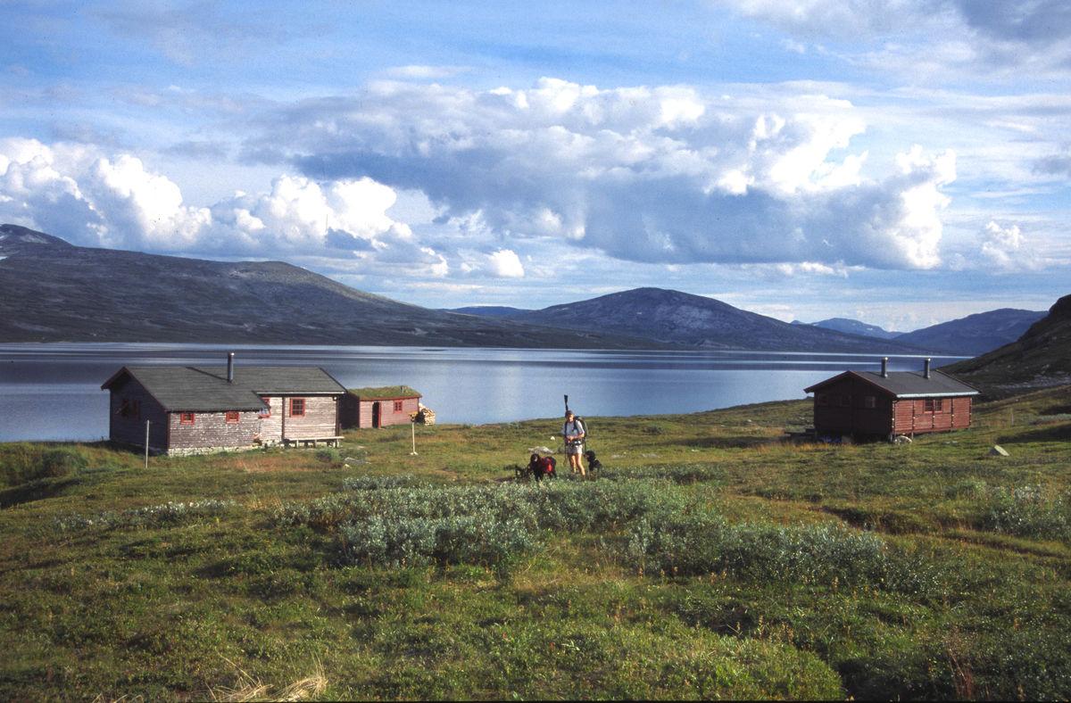 Bjellåvasstua-tunet med utsikt mot sørøst. Vinterstid kan en gå over vatnet i retning togstoppet på Lønsdal. Sommerstid er det lett marsj langs vatnet til Midtistua
