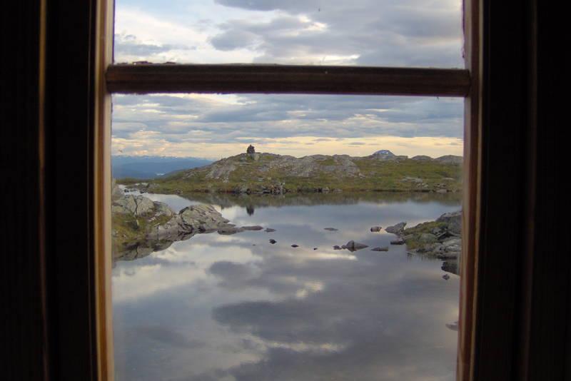 Utsikten fra kjøkkenvinduet på Hardbakkhytta