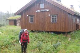 Saltfjellstua midt i vakre Saltfjellet består av tre koselige hytter med gress på taket  - Foto: Camilla Marstrander Askildsen