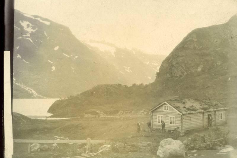"""TRE I NORGE: Bildet viser Memuruodden rundt år 1900 - stedet hvor turisthytta Memurubu i dag står. På denne elvesletta etablerte engelskmennene bak den legendariske reiseskildringen """"Tre i Norge ved to av dem"""" sin leirplass sommeren 1882."""