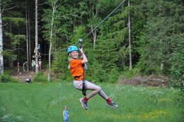 Det er en herlig opplevelse når du svever avgårde på den 150 meter lange ziplinen. - Foto: Jan Kenneth Gussiås