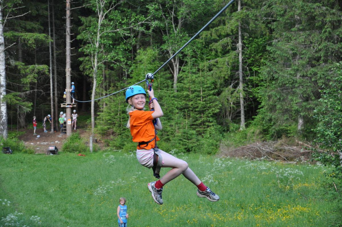 Det er en herlig opplevelse når du svever avgårde på den 150 meter lange ziplinen.