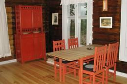 Kjøkkenbord, stoler og framskap Koboltkoia - Foto: Anne Gallefos Wollertsen/DOT