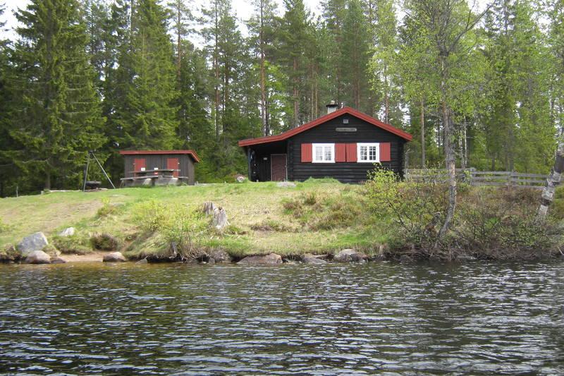 Det er herlig at man kan låne båt og ta seg en tur ut på vannet, slik som vi har gjort her. Bildet er tatt i mai 2011.