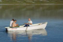 Alle som vil kan låne robåten i naustet, forutsatt at båten settes på plass etter bruk. Rotur frarådes i sterk vind. - Foto: Berit Irgens