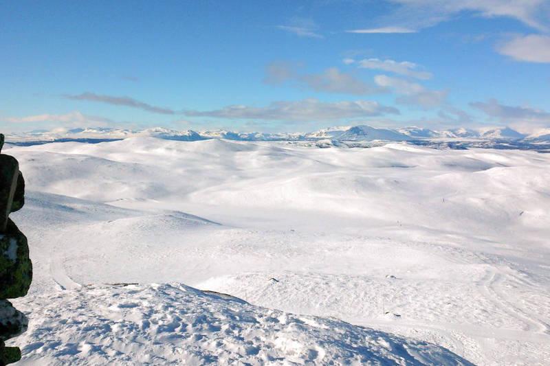 Eventyrløypa passerer tett ved Nystølvarden, den høyeste toppen i Gol. Her er utsikten fra toppen i Gol.