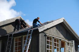 Shingel legges på taket til Nøkksætra - Foto: Stig Harnes