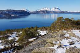 Oppe på bergknatten med utsikt mot Hamsundfjella. - Foto: Kjell Fredriksen