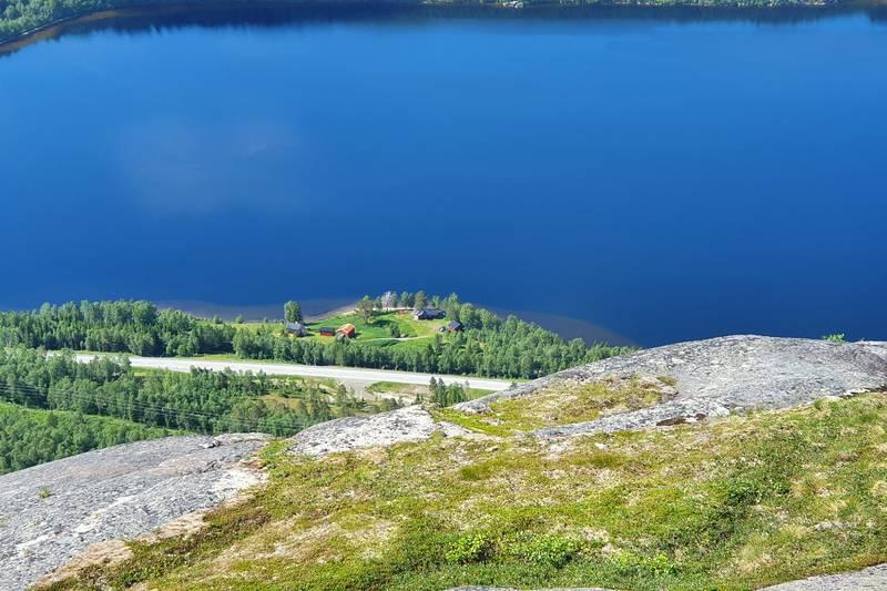 Utsikt ned til Kråkmogårdene