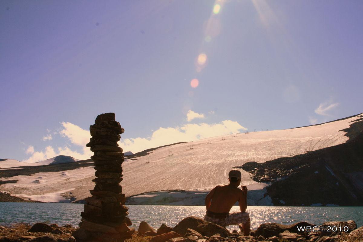 Galdhøpiggen Sommerskisenter. Fem minutters gange fra Juvasshytta som er utgangspunktet for bestigning av Galdhøpiggen