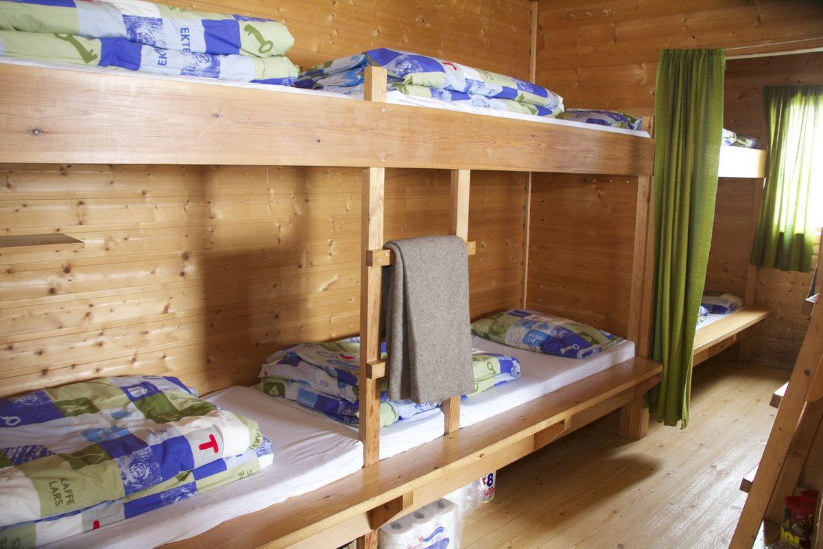 Fra stuen og et av soverommene. Flott hytte ved breen i Odda kommune, like innpå Folgefonna.