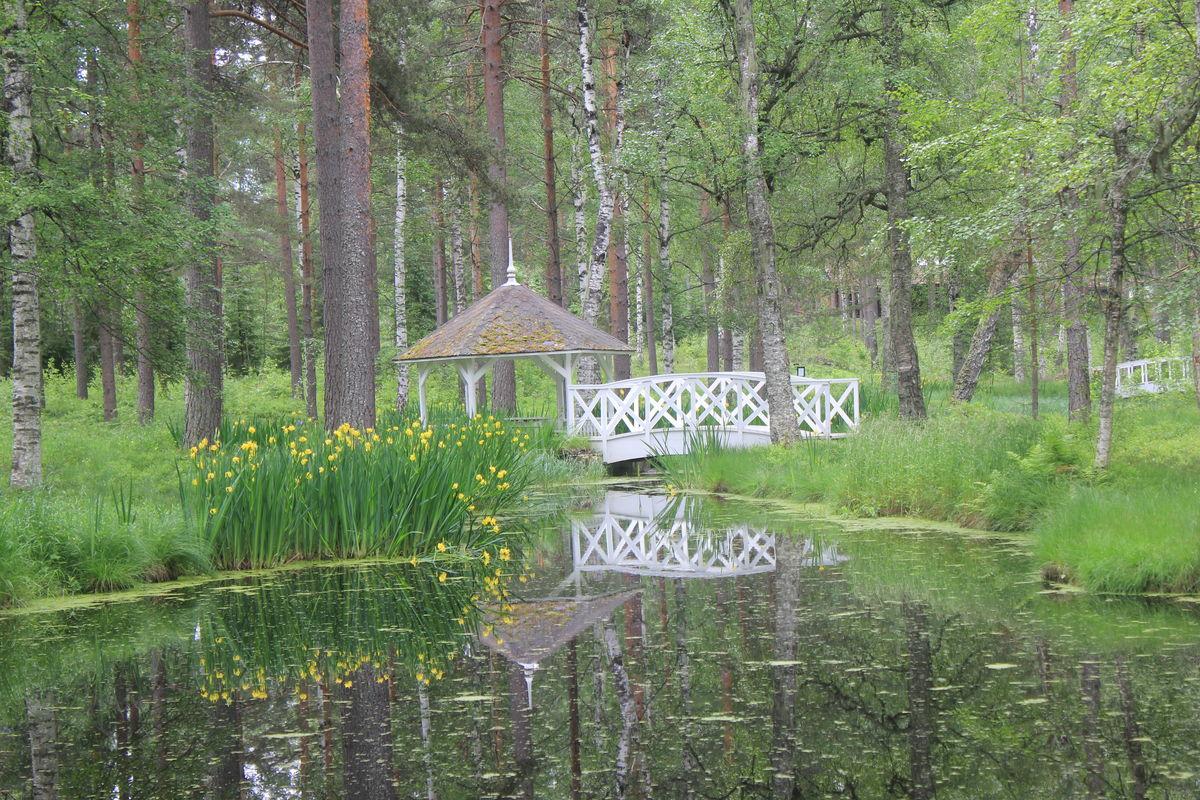 Dam med lysthus, broer og tulipaner er et hyggelig innslag langs løypa.