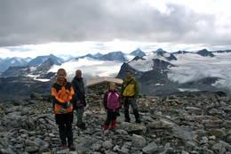 Steinbua rett før toppen av Surtningssue - Foto: Marthea Myhre Larsen
