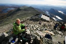 Gausta-Jon på toppen med utsikt mot sør. - Foto: Ukjent
