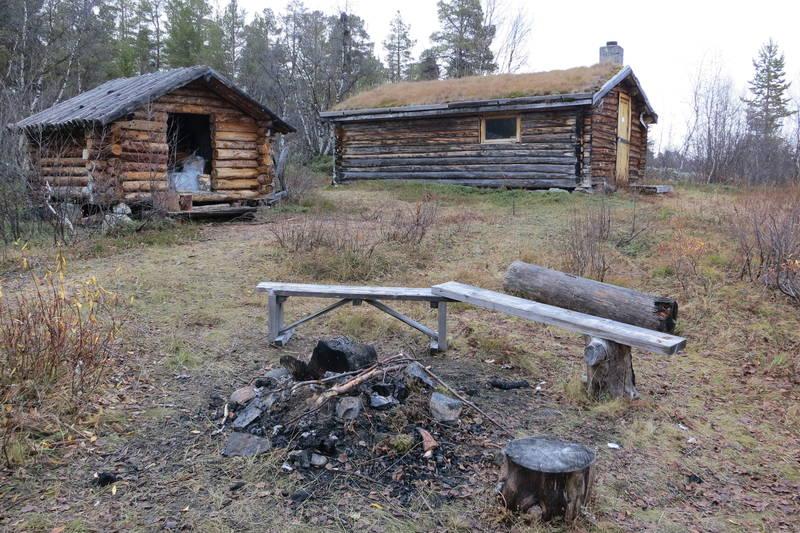 AN hytte med vedskjul