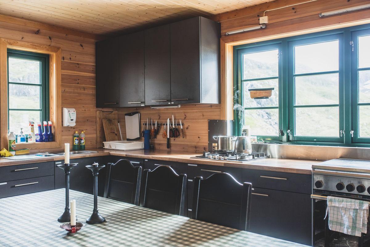 Godt utrustet kjøkken og flere spiseplasser.