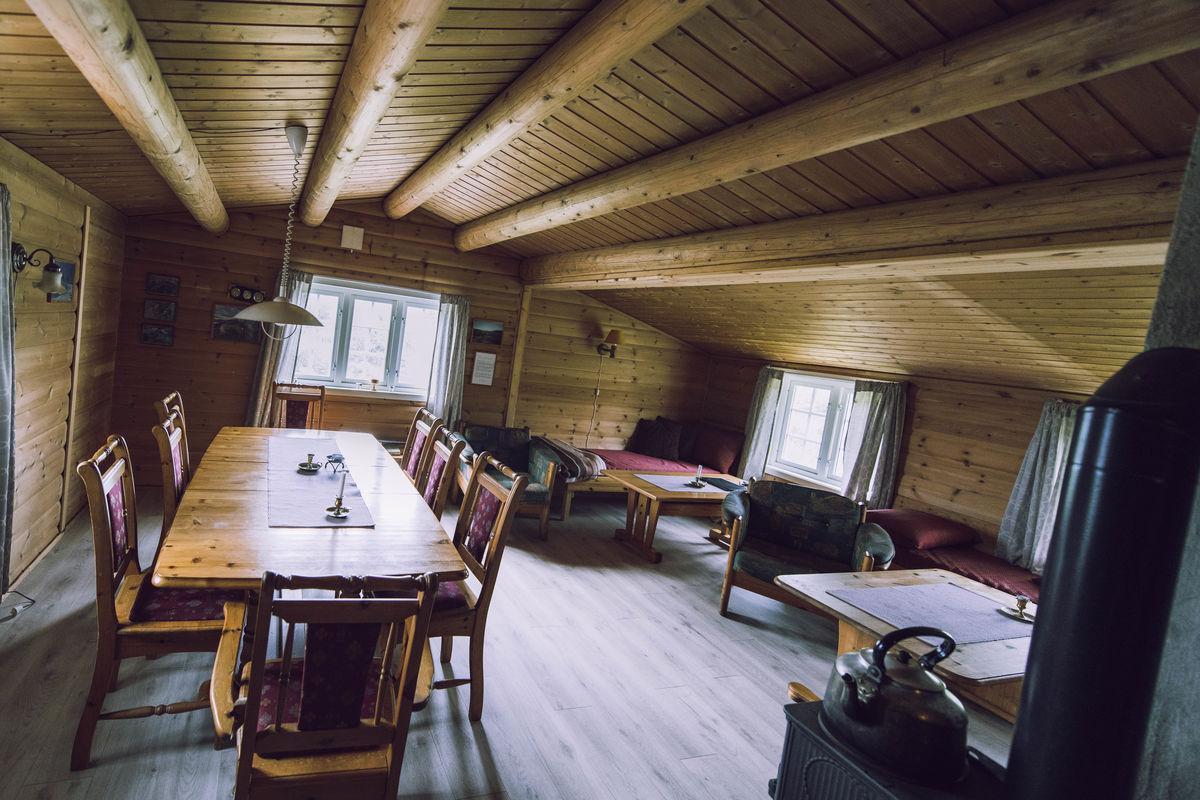 Hytta har 16 sengeplasser, i tillegg til3 sengebenker på stua og hems med 8 madrasser.