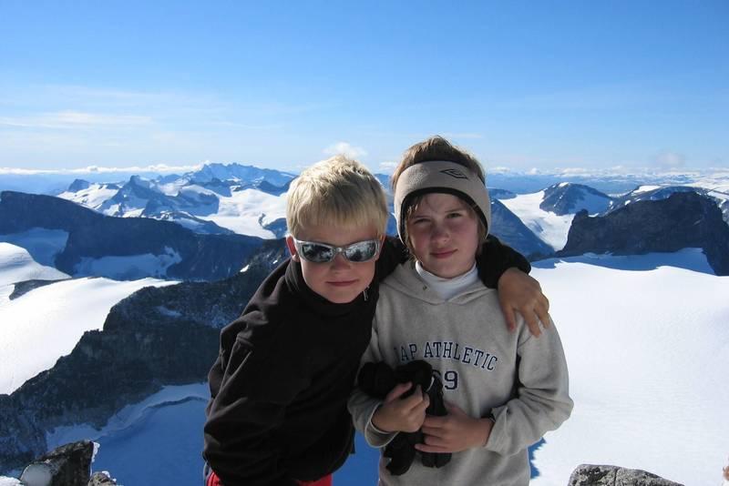 To glade gutter har nådd Galdhøpiggen