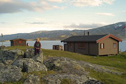 Odin Holmberg har tatt turen til Gautelishytta en vakker sommerdag  - Foto: Clas Holmberg