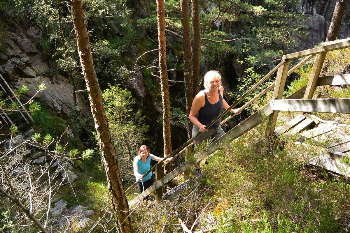 Turen mot Bratteli kai byr på spennende kryssing av Skurvedalsåna på en skrøpelig tretrapp.