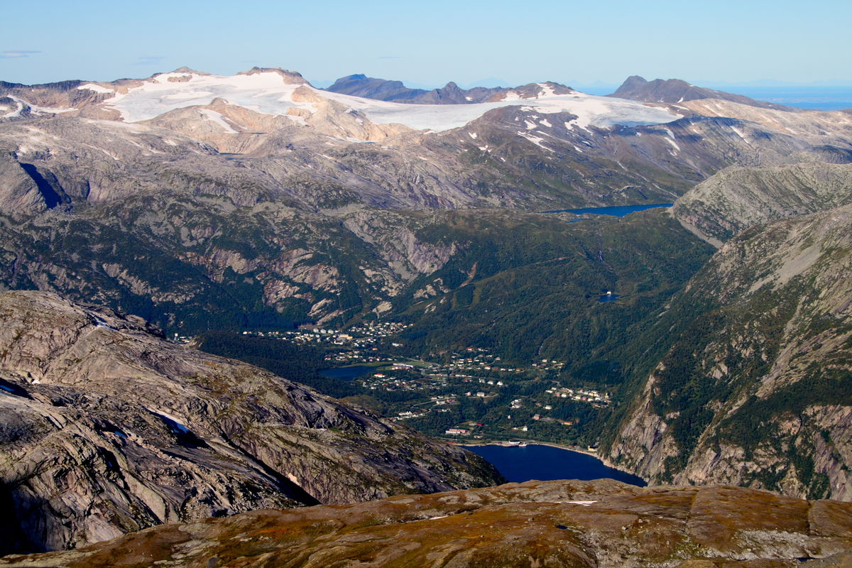 Glomfjord med Glombreen i bakgrunnen