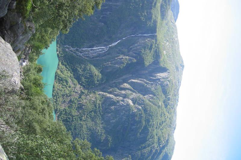 Utsikt fra Keiserstien ned mot Bondhusvatnet.