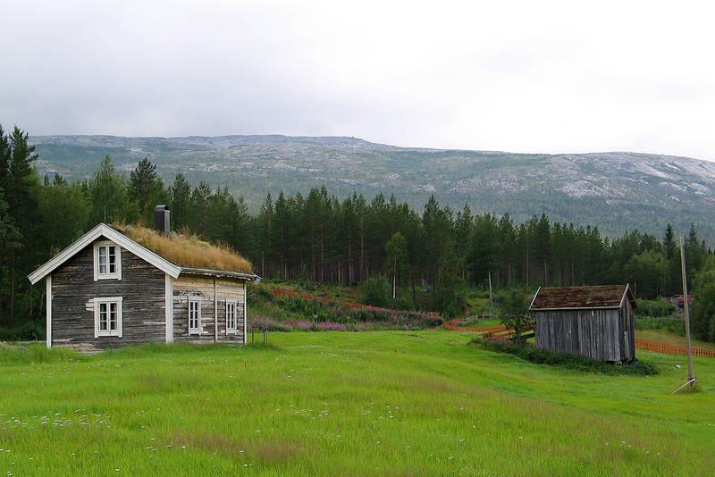 Bak stua står en gammel låve. Dette bildet deltok i Fotokonkurranse sommer 2009
