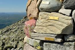 Jubileumsvarde med stein fra alle kommunene på Østlandet som har utsikt til Gaustatoppen - Foto: Nancy Bundt
