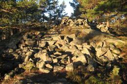 Romsvigvarden medstor gravrøys fra bronsealderen. Også brukt som losvarde. - Foto: Floke Bredland
