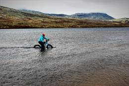 Noen velger sykkel , andre velger Båt - Foto: