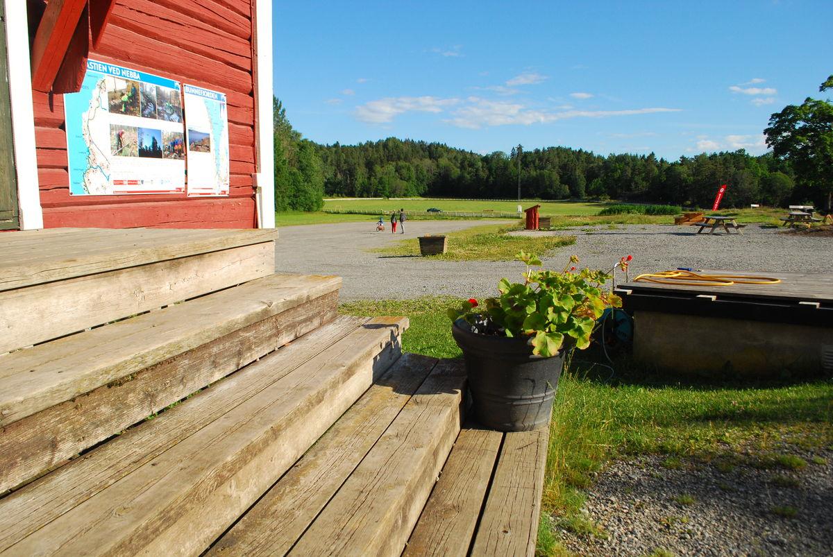 Det er p-plass på gårdsplassen på Breivoll Gård, men her er ingen anviste p-plasser, inkludert HC-plasser.