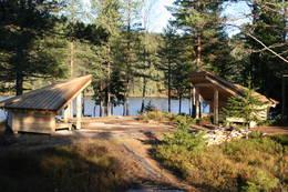 Gapahukene ved hytta - Foto: Ukjent
