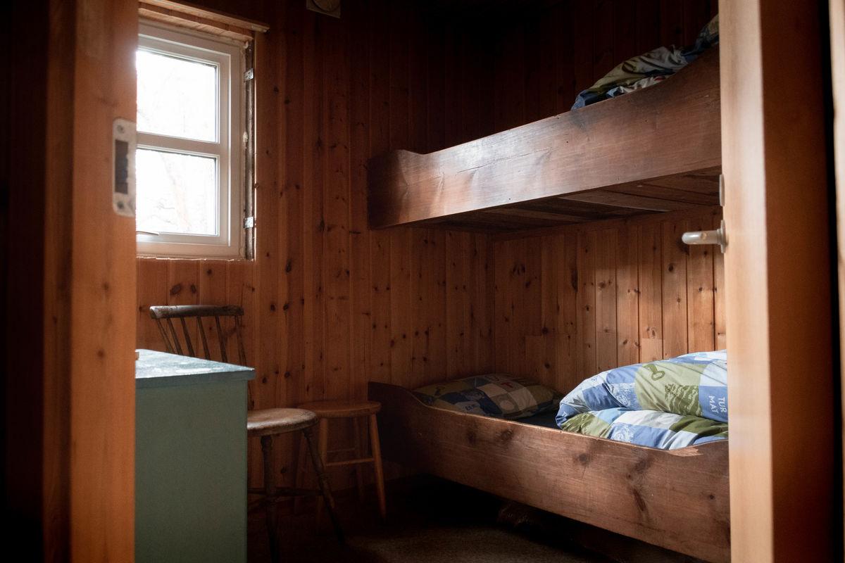 Det er seks sengeplasser på hytta, i tillegg til noen ekstra madrasser.