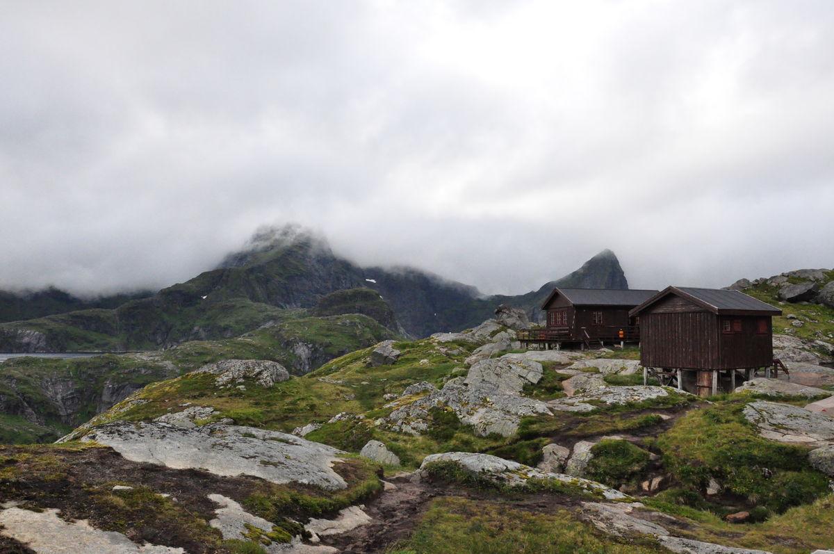 Munkebu ligger i mektig terreng i Lofoten