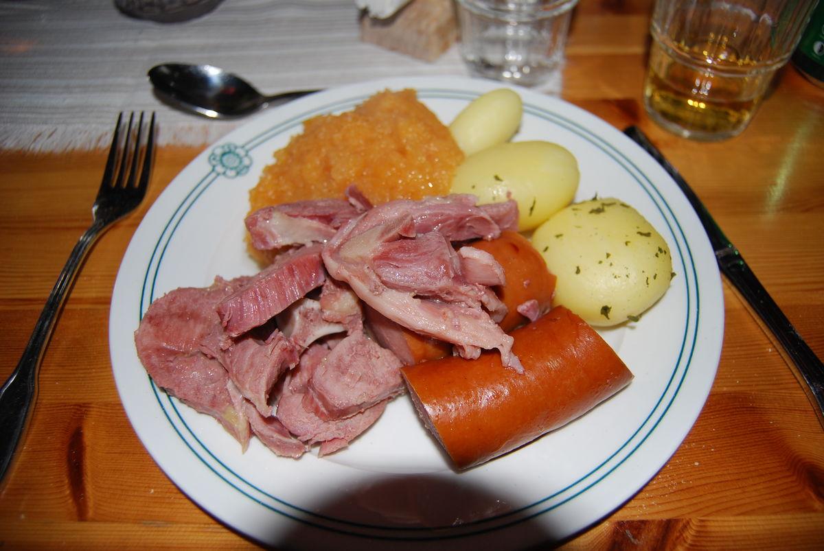 Storerikvollen er betjent hytte hvor du får servert måltidene.