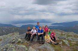 Barn på tur til fjelltoppen Skrott ved Breidablik - Foto: Gustav Øen