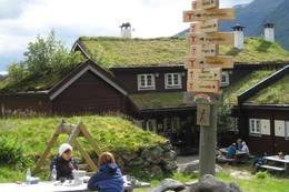 Ved Skogadalsbøen kan ein ta mange retningsval - Foto: Jenny Dugstad