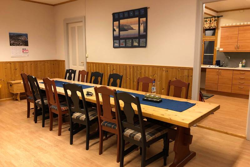 Her er romslig fellesstove med plass til mange rundt middagsbordet