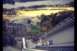 Utsikten fra toppen av skiflyvningsbakken. -  Foto: Hilde Roland