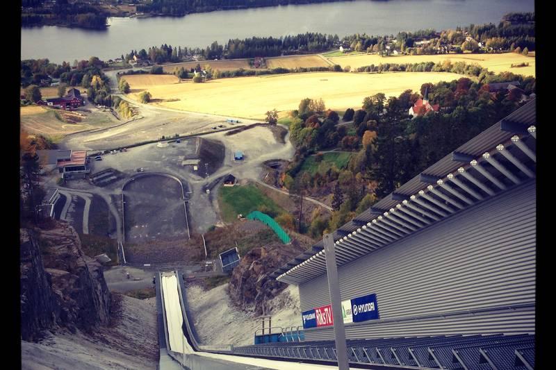 Utsikten fra toppen av skiflyvningsbakken.