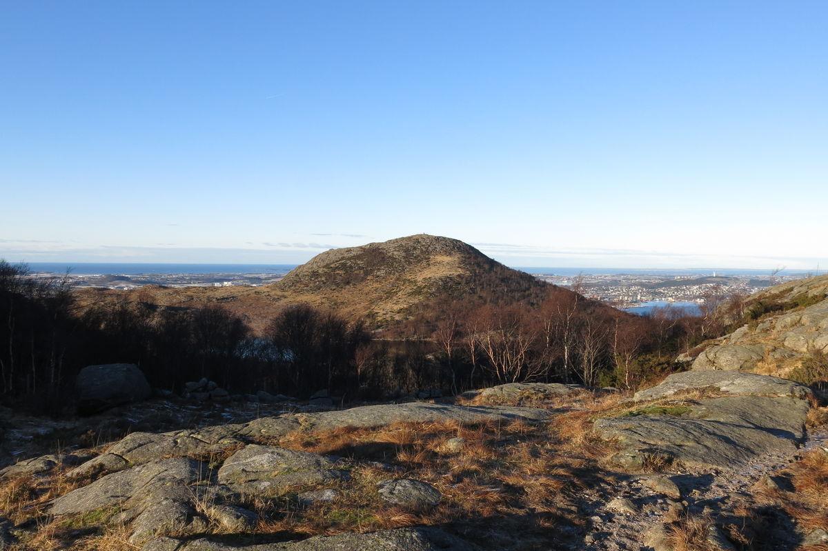 Når det flater ut på toppen av Fjogstadnuten får du et mektig skue mot Dalsnutens bakside med fjord og hav på begge sider av nuten. Ved foten av Dalsnuten ligger Revholstjørn