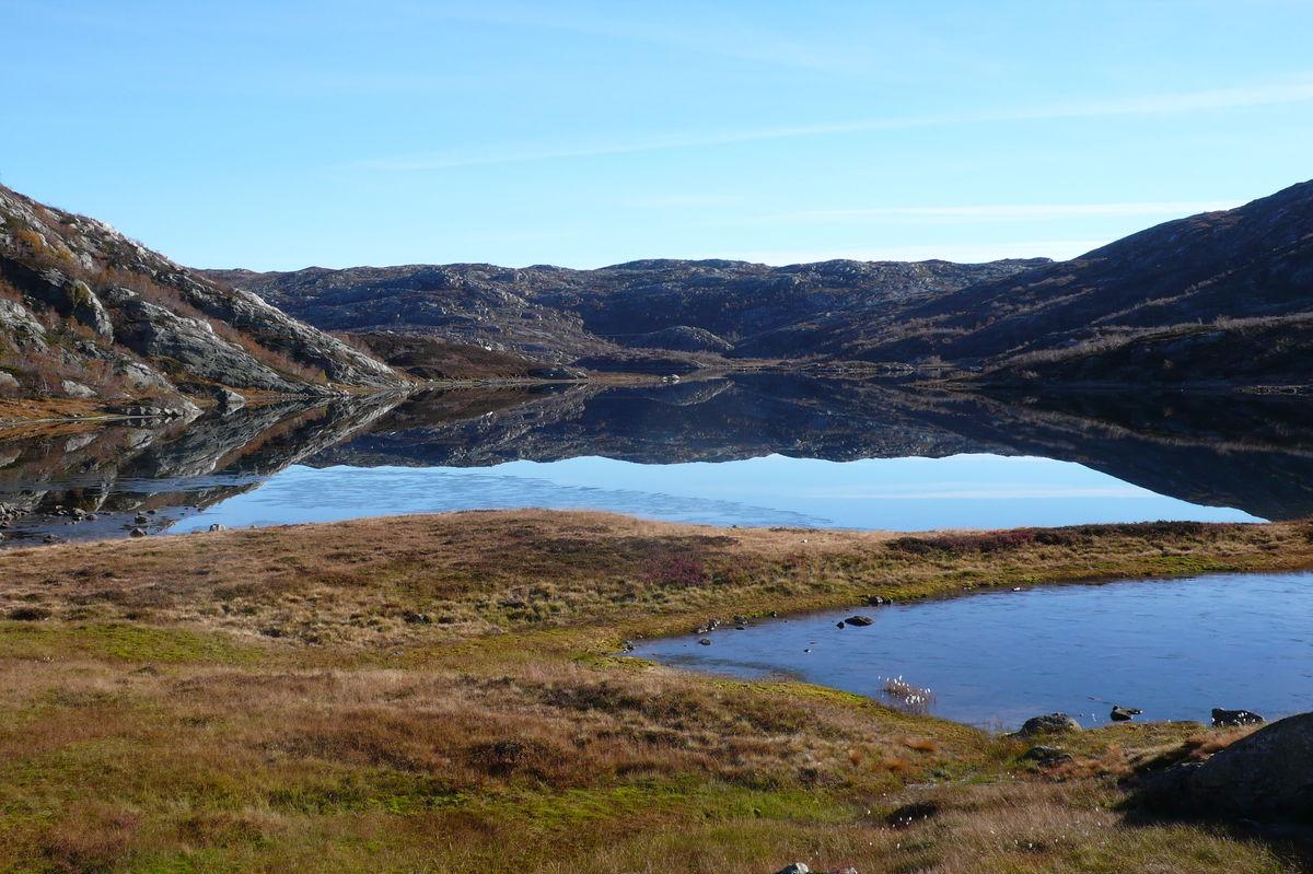 Utsikt frå hytta ned på Grauthellervatn