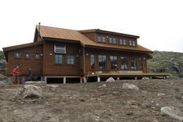 Fra de store vinduene på sørsiden av hytta har man utsikt ut mot Sandvatnet. - Foto: Øystein Bjelland